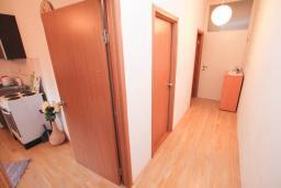 Коридор. Черногория, Герцег-Нови : Апартамент для 4-6 человек, с 2-мя отдельными спальнями