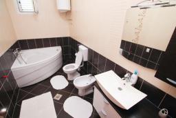 Ванная комната. Черногория, Герцег-Нови : Апартамент для 4-6 человек, с 2-мя отдельными спальнями