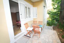 Терраса. Черногория, Герцег-Нови : Апартамент для 4-6 человек, с 2-мя отдельными спальнями
