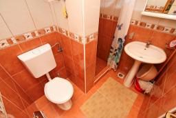 Ванная комната. Черногория, Дражин Врт : Студия с большой террасой с шикарным видом на море