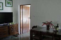 Гостиная. Черногория, Костаньица : Апартамент с отдельной спальней, с балконом с видом на море