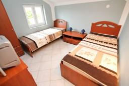 Спальня 2. Черногория, Герцег-Нови : Этаж дома с 2-мя отдельными спальнями, с балконом с видом на море и с большой террасой
