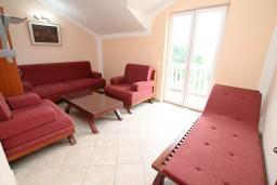 Гостиная. Черногория, Герцег-Нови : Этаж дома с 2-мя отдельными спальнями, с балконом с видом на море и с большой террасой