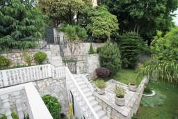 Территория. Черногория, Герцег-Нови : Этаж дома с 2-мя отдельными спальнями, с балконом с видом на море и с большой террасой