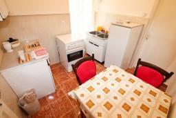 Кухня. Черногория, Герцег-Нови : 2-х этажный дом с 7 отдельными спальнями, с 6 ванными комнатами, с большим зеленый двором, крытой террасой с обеденным столом и местом для барбекю