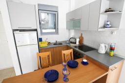 Кухня. Черногория, Петровац : Современный апартамент для 4-6 человек, 2 спальни, с балконом с видом на море