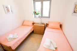 Спальня. Черногория, Петровац : Современный апартамент для 4-6 человек, 2 спальни, с балконом с видом на море