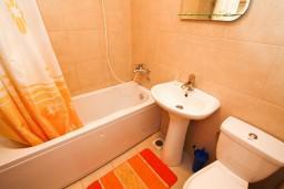 Ванная комната. Черногория, Петровац : Современный апартамент для 4-6 человек, 2 спальни, с балконом с видом на море