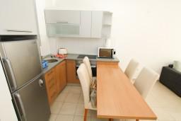 Кухня. Черногория, Петровац : Современный апартамент для 4-6 человек, 2 спальни