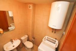 Ванная комната. Черногория, Петровац : Современный апартамент для 4-6 человек, 2 спальни