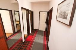 Коридор. Черногория, Игало : Апартамент для 8 человек, с 4-мя отдельными спальнями, c 2-мя ванными комнатами, с балконом с видом на море, с  летней кухней