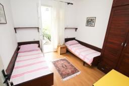 Спальня. Черногория, Игало : Апартамент для 8 человек, с 4-мя отдельными спальнями, c 2-мя ванными комнатами, с балконом с видом на море, с  летней кухней