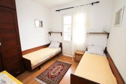 Спальня 3. Черногория, Игало : Апартамент для 8 человек, с 4-мя отдельными спальнями, c 2-мя ванными комнатами, с балконом с видом на море, с  летней кухней