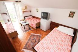 Спальня. Черногория, Игало : Апартамент для 11 человек, с 4-мя отдельными спальнями, c 2-мя ванными комнатами, с балконом с видом на море