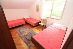 Спальня 2. Черногория, Игало : Апартамент для 11 человек, с 4-мя отдельными спальнями, c 2-мя ванными комнатами, с балконом с видом на море