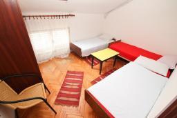 Спальня 3. Черногория, Игало : Апартамент для 11 человек, с 4-мя отдельными спальнями, c 2-мя ванными комнатами, с балконом с видом на море