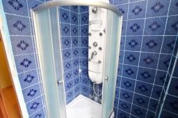 Ванная комната. Черногория, Нивице : Комната для 2-3 человек, с балконом с видом на море