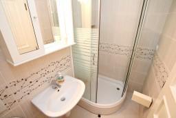 Ванная комната. Черногория, Герцег-Нови : Люкс апартамент с отдельной спальней, с балконом с шикарным видом на море