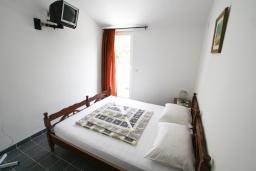 Спальня. Черногория, Бечичи : Этаж дома для 9 человек, с 4-ю отдельными спальнями, с гостиной, с 3-мя ванными комнатами, с 3 балконами по 12м2 каждый и большая терраса 50м2