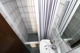 Ванная комната. Черногория, Бечичи : Этаж дома для 9 человек, с 4-ю отдельными спальнями, с гостиной, с 3-мя ванными комнатами, с 3 балконами по 12м2 каждый и большая терраса 50м2