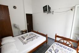 Спальня 3. Черногория, Бечичи : Этаж дома для 9 человек, с 4-ю отдельными спальнями, с гостиной, с 3-мя ванными комнатами, с 3 балконами по 12м2 каждый и большая терраса 50м2