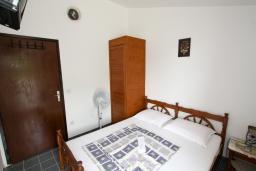 Спальня 4. Черногория, Бечичи : Этаж дома для 9 человек, с 4-ю отдельными спальнями, с гостиной, с 3-мя ванными комнатами, с 3 балконами по 12м2 каждый и большая терраса 50м2