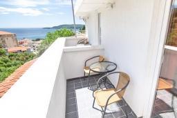 Балкон. Черногория, Бечичи : Этаж дома для 9 человек, с 4-ю отдельными спальнями, с гостиной, с 3-мя ванными комнатами, с 3 балконами по 12м2 каждый и большая терраса 50м2