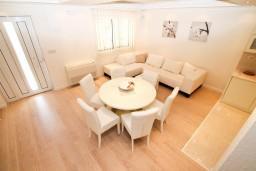 Гостиная. Черногория, Герцег-Нови : Двухуровневый, новый, шикарный люкс апартамент с двумя спальнями, для 4-6 человек, с джакузи и большой гостиной комнатой, с балконом с видом на море