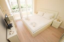 Спальня. Черногория, Герцег-Нови : Двухуровневый, новый, шикарный люкс апартамент с двумя спальнями, для 4-6 человек, с джакузи и большой гостиной комнатой, с балконом с видом на море