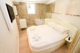 Спальня 2. Черногория, Герцег-Нови : Двухуровневый, новый, шикарный люкс апартамент с двумя спальнями, для 4-6 человек, с джакузи и большой гостиной комнатой, с балконом с видом на море