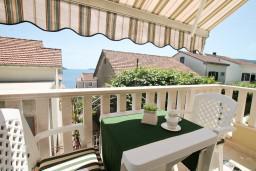 Балкон. Черногория, Герцег-Нови : Двухуровневый, новый, шикарный люкс апартамент с двумя спальнями, для 4-6 человек, с джакузи и большой гостиной комнатой, с балконом с видом на море