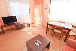 Гостиная. Черногория, Петровац : Апартаменты на 4-6 персоны, 2 спальни 50 метров от пляжа, с видом на море