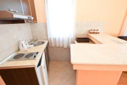 Кухня. Черногория, Петровац : Апартаменты на 4-6 персоны, 2 спальни 50 метров от пляжа, с видом на море