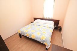 Спальня. Черногория, Петровац : Апартаменты на 4-6 персоны, 2 спальни 50 метров от пляжа, с видом на море