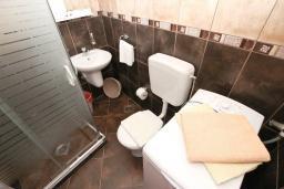 Ванная комната. Черногория, Петровац : Апартаменты на 4-6 персоны, 2 спальни 50 метров от пляжа, с видом на море
