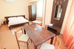 Студия (гостиная+кухня). Черногория, Петровац : Студия на первом этаже в 50 метрах от моря