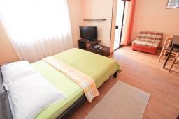 Студия (гостиная+кухня). Черногория, Петровац : Студия с балконом в 50 метрах от моря