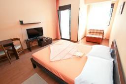 Студия (гостиная+кухня). Черногория, Петровац : Студия с балконом с видом на море, 50 метров от пляжа