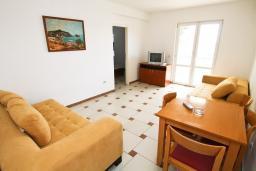 Гостиная. Черногория, Рафаиловичи : Апартамент с отдельной спальней, с большой гостиной, в 100 метрах от пляжа в Рафаиловичи