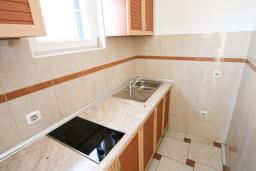 Кухня. Черногория, Рафаиловичи : Апартамент с отдельной спальней, с большой гостиной, в 100 метрах от пляжа в Рафаиловичи