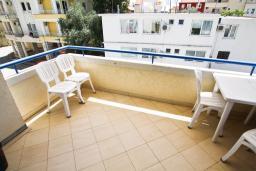 Терраса. Черногория, Рафаиловичи : Апартамент с отдельной спальней, с большой гостиной, в 100 метрах от пляжа в Рафаиловичи