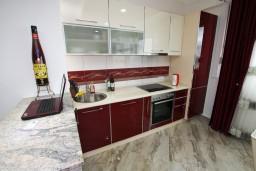 Кухня. Черногория, Добра Вода : Роскошный пентхаус для 5-7 человек, с 2-мя отдельными спальнями с ванными комнатами, с большой гостиной, с шикарным видом на море