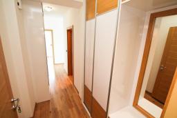 Гардеробная / шкаф. Черногория, Игало : Современный апартамент с отдельной спальней
