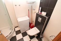 Ванная комната. Черногория, Игало : Современный апартамент с отдельной спальней
