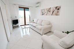 Гостиная. Черногория, Игало : Современный апартамент с отдельной спальней