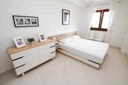 Спальня. Черногория, Игало : Современный апартамент с отдельной спальней