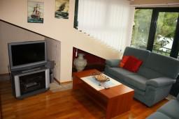 Гостиная. Черногория, Игало : Апартамент в Игало с шикарным видом на залив в 5 метрах от моря