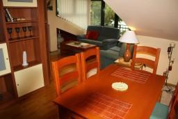 Обеденная зона. Черногория, Игало : Апартамент в Игало с шикарным видом на залив в 5 метрах от моря