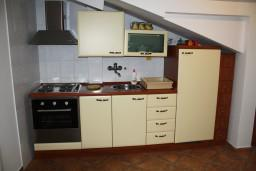 Кухня. Черногория, Игало : Апартамент в Игало с шикарным видом на залив в 5 метрах от моря