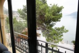 Вид на море. Черногория, Игало : Апартамент в Игало с шикарным видом на залив в 5 метрах от моря
